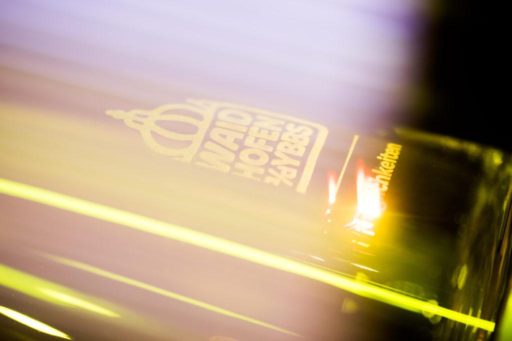 Logo der Stadt Waidhofen an der Ybbs wird in eine Glasoberfläche graviert